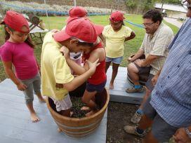Dos de los niños participantes pisando las uvas