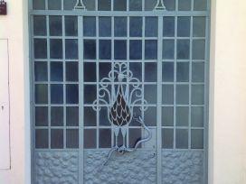 Porta del taller del manyà Josep Oliver