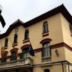 Banderes de l'Ajuntament, a mig pal en senyal de dol