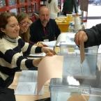 Primeros votantes ejerciendo el derecho al voto