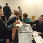 Votant al col·legi electoral de Can Negre