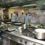 Alumnes de 'Joves per l'ocupació', fent pràctiques a la cuina de l'hospital M. Broggi