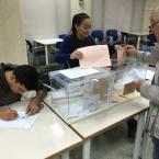 Una noia exercint el dret al vot al Centre Cívic Antoni Gaudí