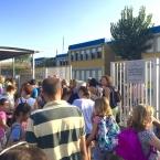 Nervis i cares d'alegria a les portes de l`'escola Joan Perich i Valls