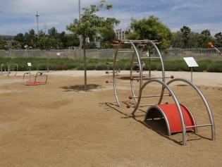 Al parc hi ha ara deu innovadors aparells gimnàstics