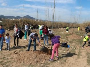 Més d'un centenar de persones van plantar arbres i arbustos