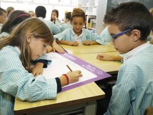 Alumnes del col.legi Gran Capità, preparant el cómic dels Drets de la Infancia