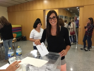Una noia, a punt de votar a Residencial Sant Joan