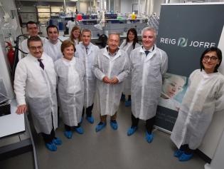 L'alcalde, Antoni Poveda, i el regidor Cristian Rastrojo amb membres i directius de Reig Jofre al nou laboratori de Sant Joan Despí