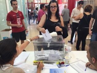 Una dona, votant al migdia al centre cívic de les Planes
