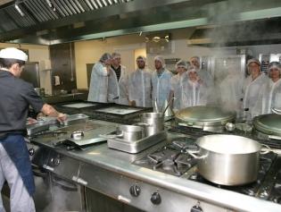 Alumnos hacen prácticas en la cocina del hospital M. Broggi