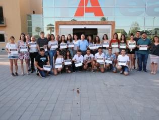 Foto de grupo de los premiados con el alcalde y la concejala de Educación