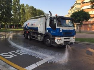 Se están regando las calles para mitigar la calor