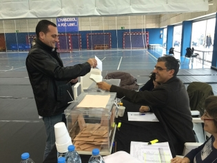 Un ciudadano vota en el Salvador Gimeno