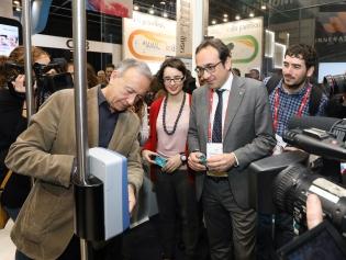 El alcalde Antoni Poveda prueba la tarjeta T-Movilidad