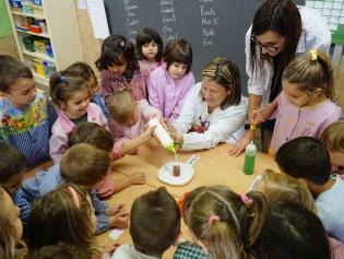 Escolars fent un experiment a l'escola Joan Perich Valls