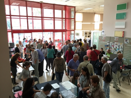 Ambient al col.legi electoral del centre Martí i Pol
