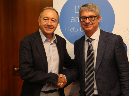 L'alcalde, Antoni Poveda, amb Ignacio Escudero, director general d'Aigües de Barcelona