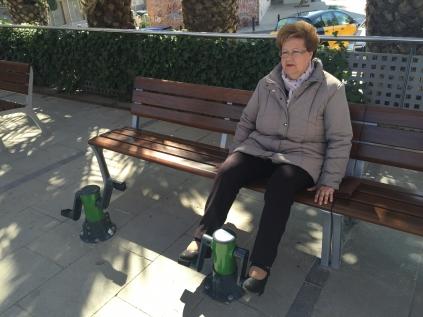 Una dona fa exercici a la plaça del Mercat