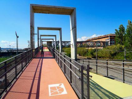 La passarel·la connecta Torreblanca i les Begudes, a l'entorn de la Ciutat Esportiva del Barça