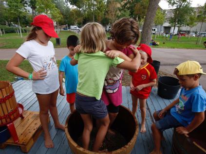 Els infants trepitjant el raïm