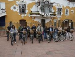 L'alcalde, Antoni Poveda, amb els i les estudiants que han rebut les bicicletes elèctriques